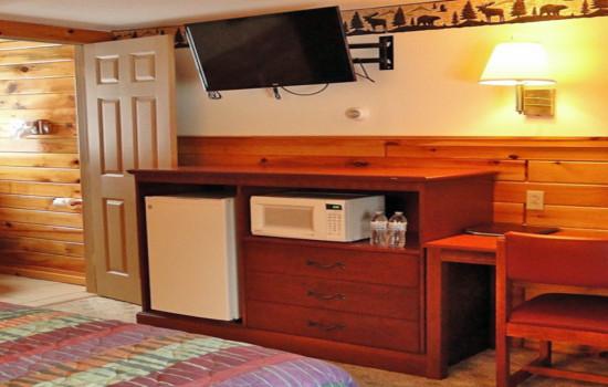 Alpine Country Inn & Suites - Adirondack Queen Room - ADA Accessible